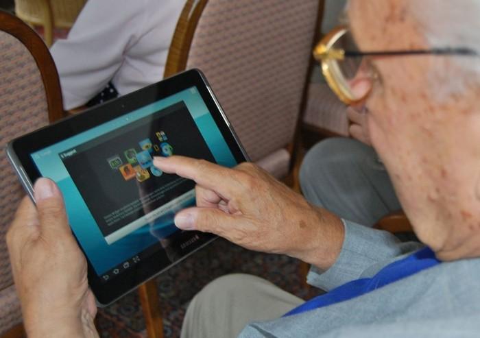 seniors find tablets easy to use Pic: Sigismund von Dobschütz/Wikimedia Commons